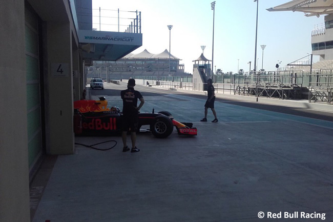 Pirelli - Abu Dhabi 2016 - Test 2 neumáticos - Red Bull Racing