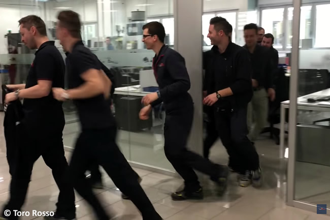 Equipo Toro Rosso - Fabrica Vídeo corriendo